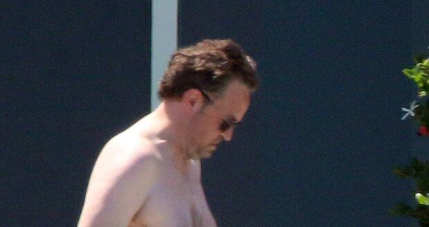 Matthew Perry předvedl svoji postavu v plavkách.