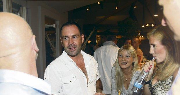 Michal vyrazil na párty s kamarády v doprovodu pohlédné blondýnky