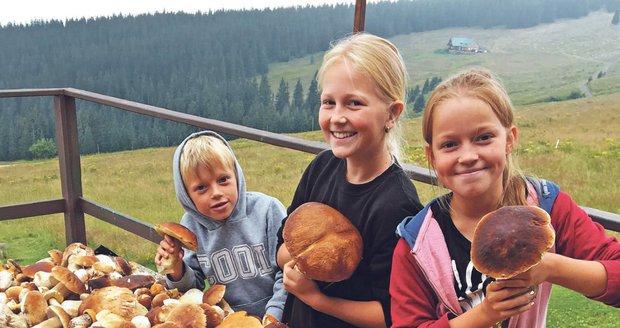 Tomík (7), Viky (11) a Kačka (13) s nasbíranými hříbky.