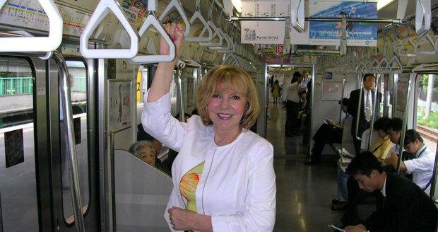 Hanka v metru v Tokiu.
