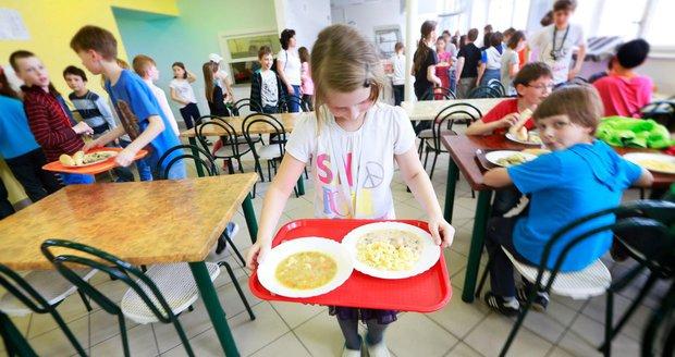 Obědy ve školách zdarma pro chudé děti? Podporuje to příživníky, tvrdí maminka