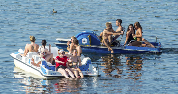Parné letní počasí vyhnalo lidi i k vodě. Mj. na šlapadla.