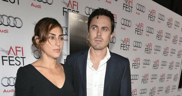 Affleck s manželkou Summer Phoenix.