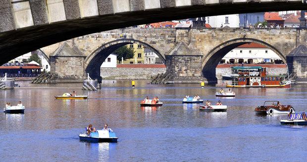 Teplé letní počasí láká Čechy k vodě: Oblíbená šlapadla na Vltavě