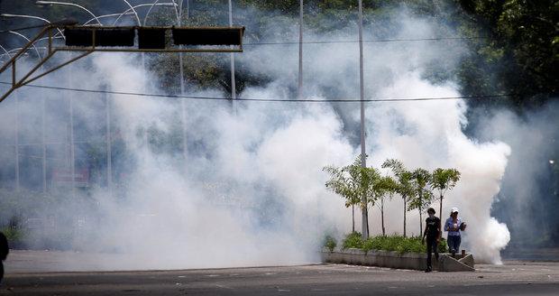 Venezuela potlačila vzpouru. Lidé vyšli do ulic, zablokovali dálnici