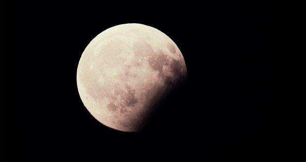 Pokazí nám zatmění Měsíce počasí? Víme, kde budou nejlepší podmínky pro sledování