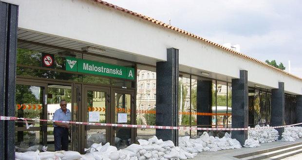 Pytle s pískem před vstupem do stanice metra Malostranská roku 2002. f970374c41