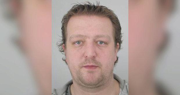 Jakub Smolík nenastoupil za terorizování svých nájemníků do vězení, soudkyně na něj vydala zatykač.