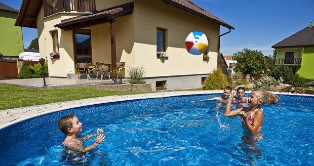 Bazén opět září novotou a průzračnou modří! Stačilo jednoduše vyměnit jeho fólii.