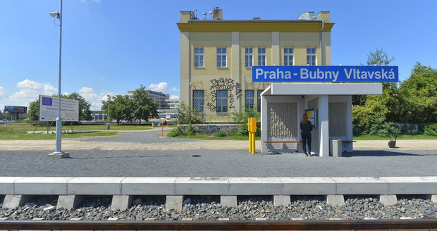 Železniční zastávka s malým přístřeškem