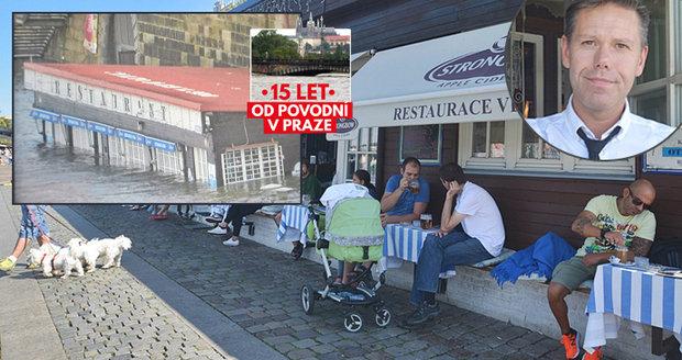 Nesmrtelná restaurace Vltava na náplavce: Před 15 lety jí z vody čouhala jen střecha