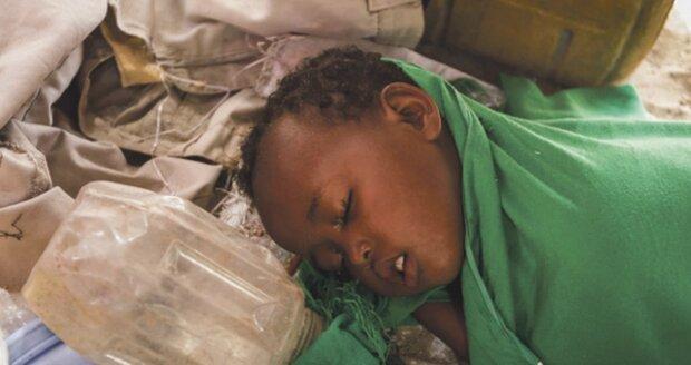 Nemocné dítě v uprchlickém táboře na okraji města