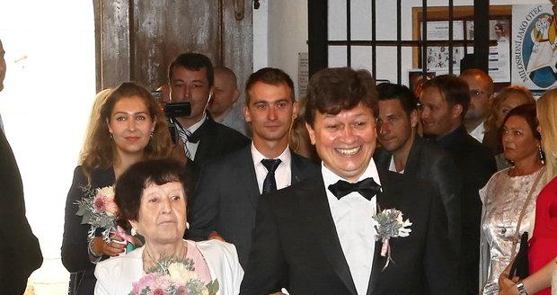 Ženicha Karla Janáka odvedla k oltáři maminka.