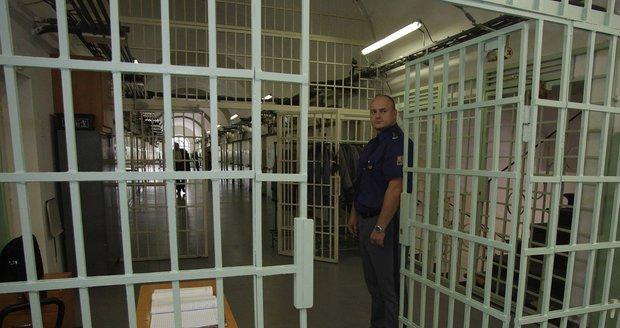 Zaměstnanec věznice ve Všehrdech skončil ve vazbě. Kvůli pomáhání s pašováním
