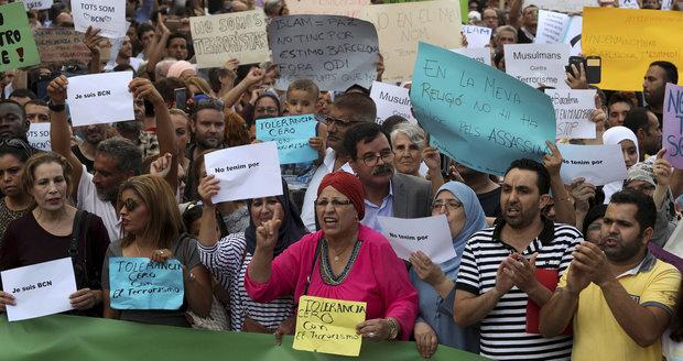 """""""Nejsme teroristi,"""" skandovali muslimové v Barceloně. Odsoudili útoky"""