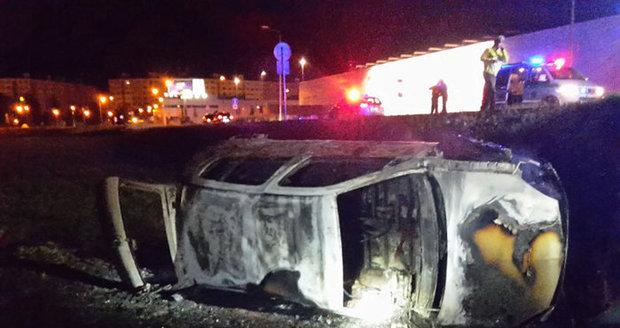 Tragická nehoda: Mladík (†18) uhořel v autě, spolujezdci stihli utéct