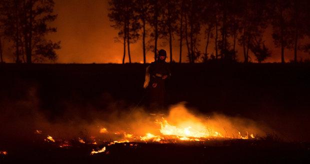 Hasiči uhašují lesní požár vedle obce Bribir.