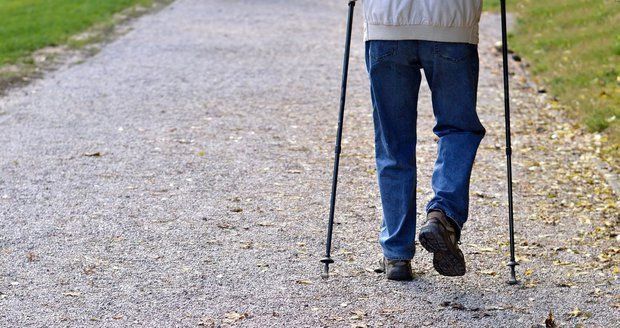 Penzista, který si při chůzi pomáhal nordic holemi, spadl na ulici. »Zachránce« ho okradl! (Ilustrační foto)