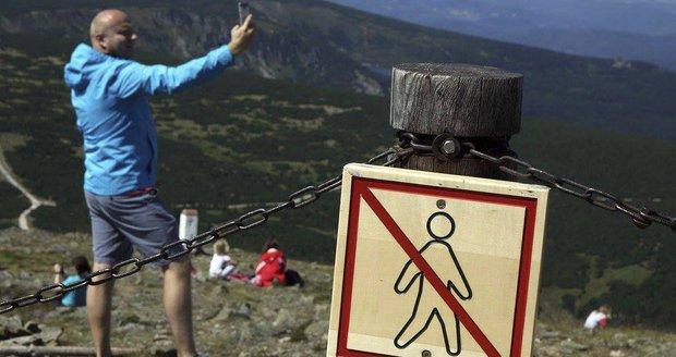 """Kvůli """"selfíčku"""" ničí tisíciletou práci přírody. Sněžku trápí nezodpovědní turisté"""