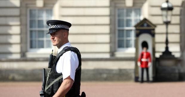 Útočník v Londýně zaútočil na policisty metrovou šavlí, křičel Alláhu akbar