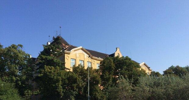 Školu v ulici V Olšinách Praha 10 plánuje do otevřít, nejdřív ji čeká rekonstrukce za desítky milionů.