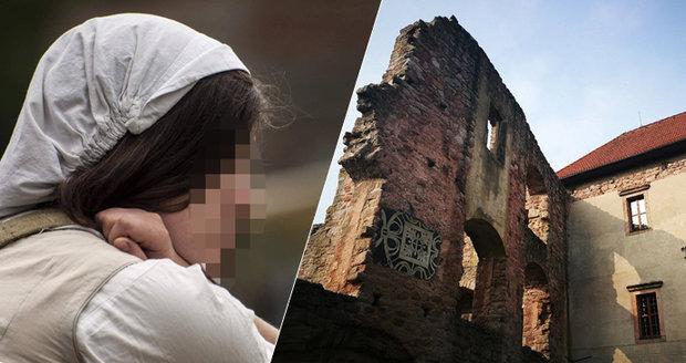 Terezka (†26) se nebála ohně ani výšek: O víkendu se zřítila ze střechy hradu Pecka