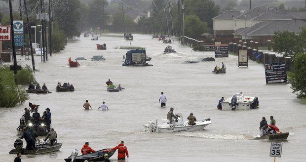 U Houstonu se protrhla hráz, začala okamžitá evakuace. USA nasadí armádu