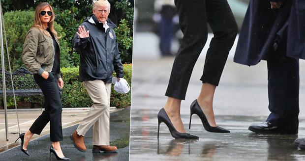 Vysoké podpatky a sluneční brýle: Melania vyrazila do zaplavené oblasti v luxusním outfitu