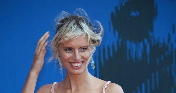 Karolínu Kurkovou pozlobil v Benátkách vítr a rozfoukal jí šaty i vlasy.