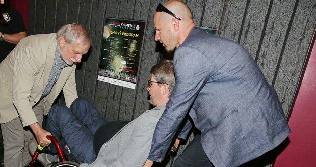 Michalovi Jančaříkovi pomáhal s vozíkem i režisér Zdeněk Zelenka a Daniel Barták.