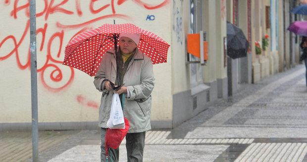 Počasí o víkendu přinese zataženo, déšť a sníh.