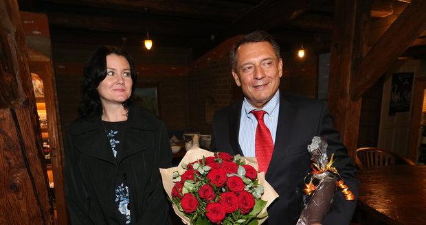 Jiří Paroubek s novou partnerkou na narozeninách Františka Janečka