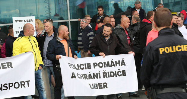 Od 14 hodin na letišti probíhal protest taxikářů.