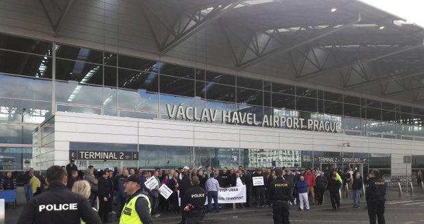 Protest taxikářů na pražském letišti