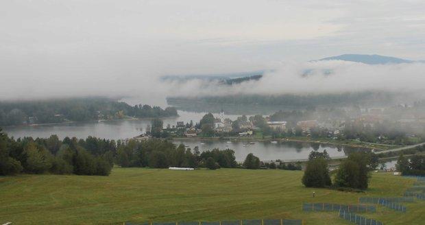 Blížící se astronomický podzim se projevuje i nízkými teplotami: Pohled na ranní Frymburk.