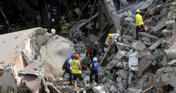 Zemětřesení v Mexiku má už téměř tři stovky obětí. Záchranáři se nevzdávají