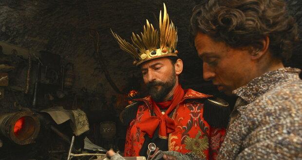 Pohádka Čertí brko: Lucifer v podání Ondřeje Vetchého má obří korunu.