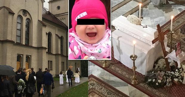 Poslední rozloučení s Emmou (†2), kterou popálila dětská chůvička: Zdrcená máma v rukou svírala její oblíbenou hračku