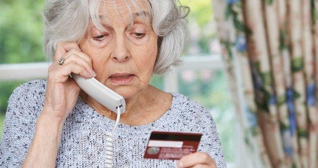 Neznámý podvodník přemluvil stařenku, aby mu peníze přeposlala prostřednictvím online převodů. (Ilustrační foto)