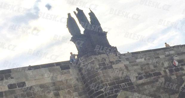 Na fotografii, kterou z projíždějící lodi pořídil na iPhone čtenář Blesku, sedí Tříska na zábradlí. Samotný pád už autor fotky neviděl, loď do té doby odplula.