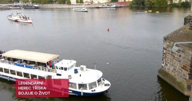 Podle svědků mohl z blízké lodi někdo vyskočit a ještě herce zachránit.