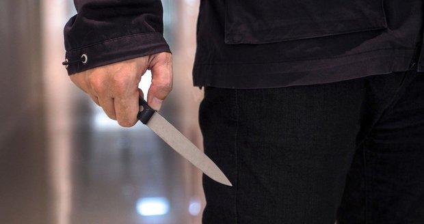 Muž v Holešovicích na ženu vytáhl nůž, hodinu a půl ji držel v bytě (ilustrační foto).