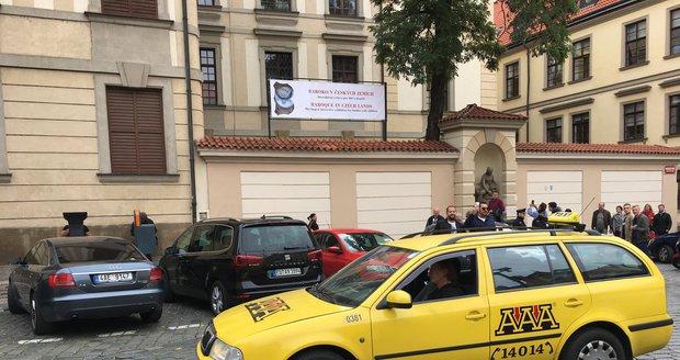 Taxikáři odpoledne vyrazili protestovat před budovu magistrátu.