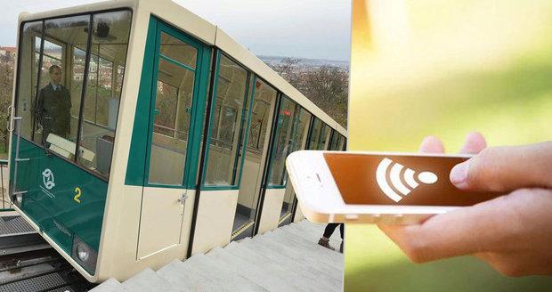 V lanovce na Petřín se cestující připojí k wifi.