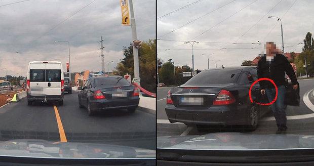 Řidič, na kterého vyběhli policisté s pistolí: 5 hodin ho vyslýchali!