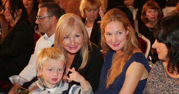 Josefína Nesvadbová s mámou Světlanou Nálepkovou a synkem.