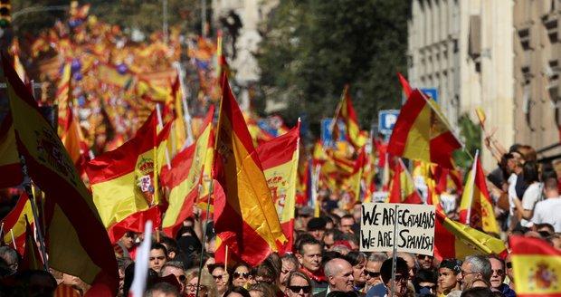 """""""Katalánsko je Španělsko!"""" Statisíce lidí v Barceloně demonstrovaly proti nezávislosti"""