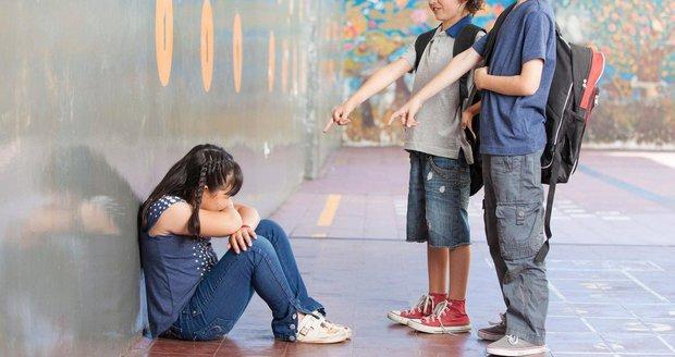 Dívku ze školy převezli do nemocnice. Židovku šikanovali, rodině přišly náboje