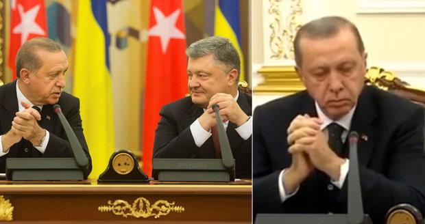 Turecký prezident usnul na tiskovce s Porošenkem. Po ráně do stolu mu spadla hlava na prsa