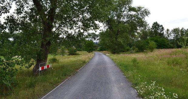 Obdobná bezmotorová komunikace se nachází také na Rohanském ostrově. Praha 8 ji hodlá příští rok opravit.